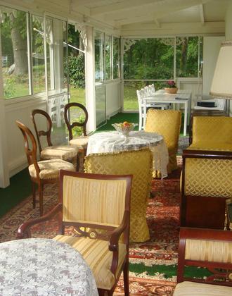 Paradiesvilla Wintergarten mit verschiedenen Sitzgruppen