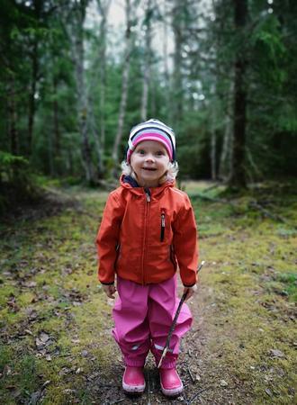 kleines Mädchen im Wald beim Wandern