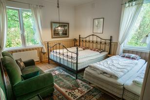 Paradiesvilla Schlafzimmer fmit Doppelbett und zwei Einzelbetten