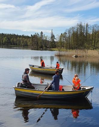 Angler in einem Ruderboot