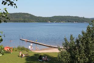 Badestrand mit Schwimmsteg und Liegewiese