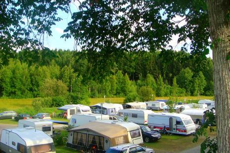 Camping mit Wohnwagen oder Wohnmobil