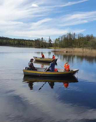 Familie im Ruderboot und angelt