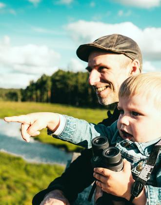 Vater mit Kind auf einem Ausflug im Vänga Moor