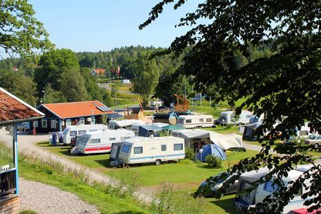 Blick auf den Campingplatz mit Spielplatz und Rezeptionsgebäude