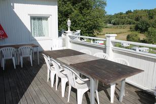 Rosenapartments  Sonnenterrasse mit Gartenmöbeln