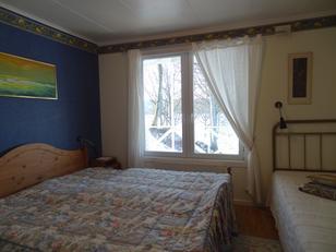 Paradiesvilla Schlafzimmer mit Doppelbett und Einzelbett