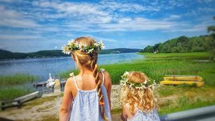 Mädchen mit Blumenkränzen im Haar