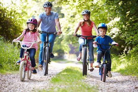 Familie mit 2 Kindern macht Fahrradausflug