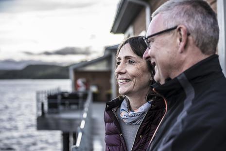 Seniorenpaar schaut auf den See
