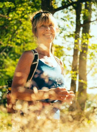 Frau wandert im Sommer auf dem Åsundenleden