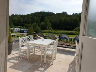 Campingplatz neue Servicehaus mit Sonnenterrasse und Gartenmöbeln